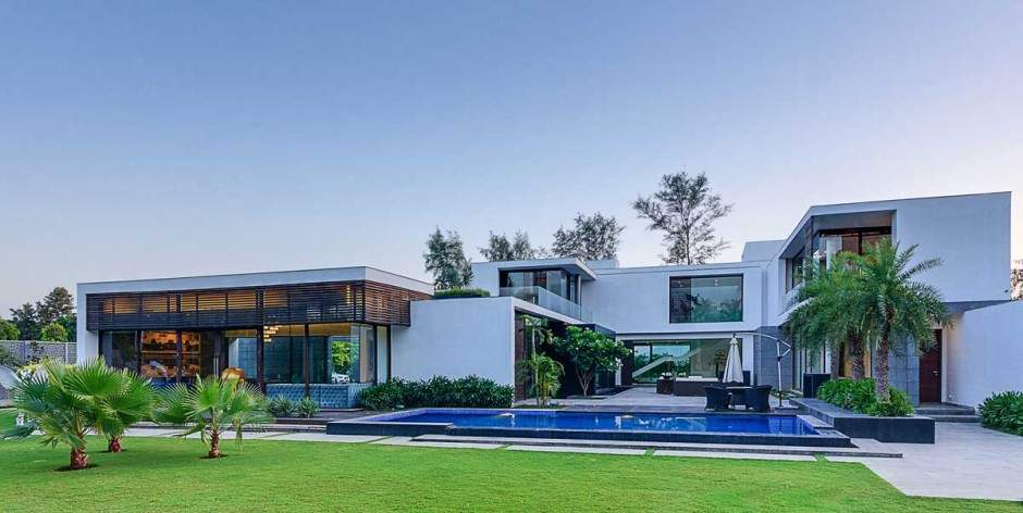 Contemporary New Delhi Villa Amazing Courtyard Water Features