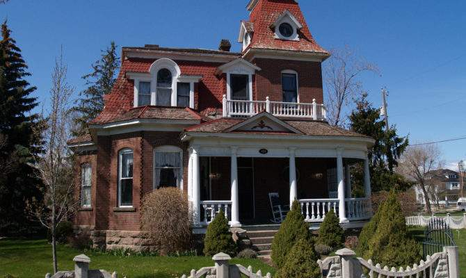 Number Victorian Style Homes Still Town